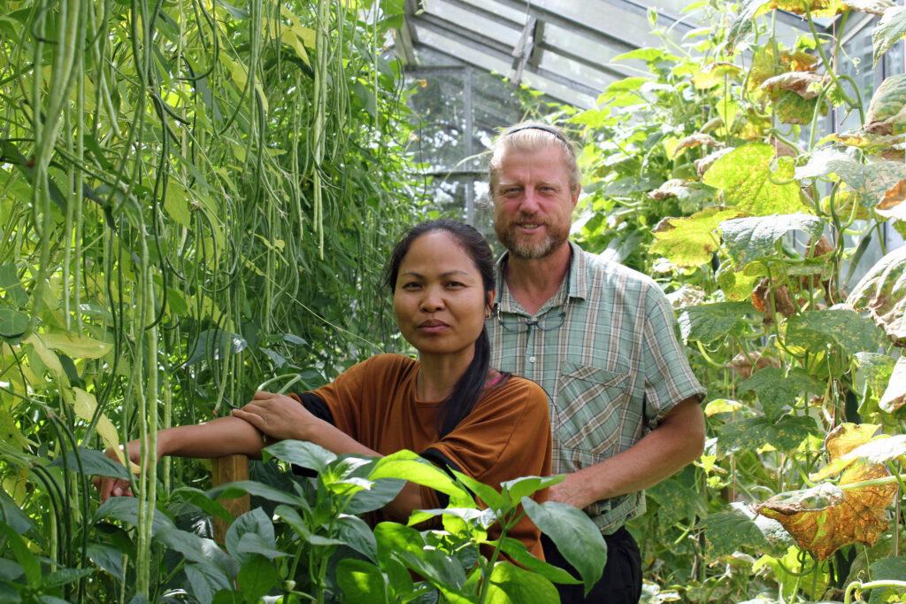 Sarita und Volker Porsche bauen in ihren Gewächshäuern asiatisches Gemüse an.