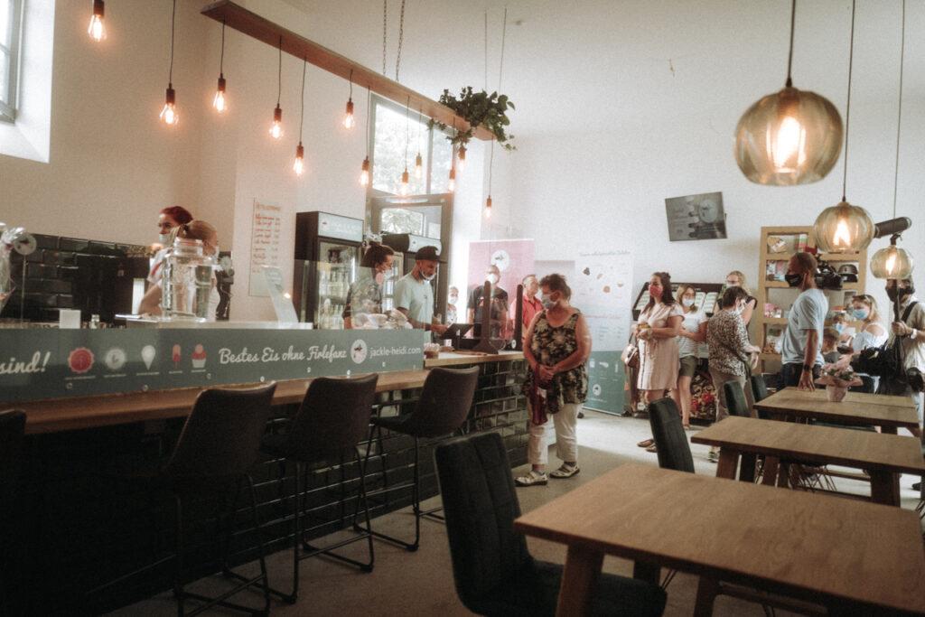 vielsehn-magazin-eismanufaktur-penzlin-cafe-Jackle-und-Heidi