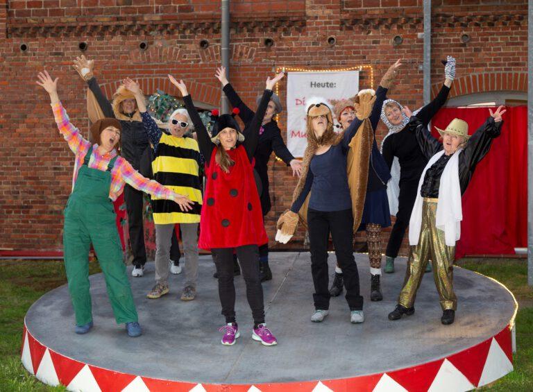 """""""Die Bühnenlichter"""" sind die Amateurtheatergruppe des Kulturvereins Feldberger Land e.V. und spielen in diesem Jahr """"Die Bremer Stadtmusikanten"""" im Theatergarten des LuzinTheaters in Wittenhagen in der Feldberger Seenlandschaft."""